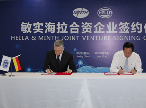 Didier Keskas (li.), bei Hella verantwortlich für das Lichtgeschäft in Asien, und Yanchun Liu, Chief Operating Officer bei Minth (Foto: Hella)