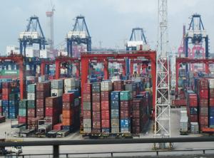 In China werden derzeit massenweise Container benötigt (Foto: KI)